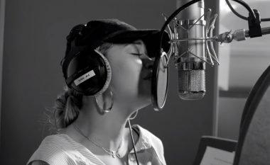 Rita Ora dhe 50 artistë me këngë bamirëse për të prekurit nga zjarri në Londër (Video)