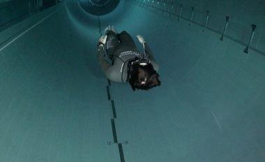 Zhytet në pishinën më të thellë në botë prej 40 metra, duke qëndruar pa frymë për më shumë se dy minuta (Foto/Video)