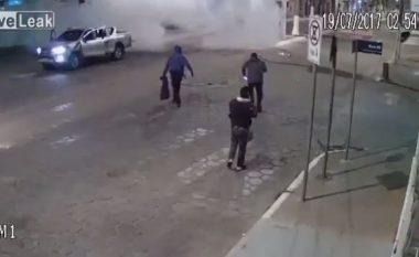 Publikohen pamjet kur burrat e armatosur deri në dhëmbë, hedhin në erë filialet e bankës dhe largohen me çantat plotë para (Video)