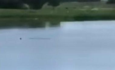 Burri mbytet në liqen, adoleshentët e filmojnë dhe qeshin – nuk ndërmarrin asgjë për ta shpëtuar (Video, +18)