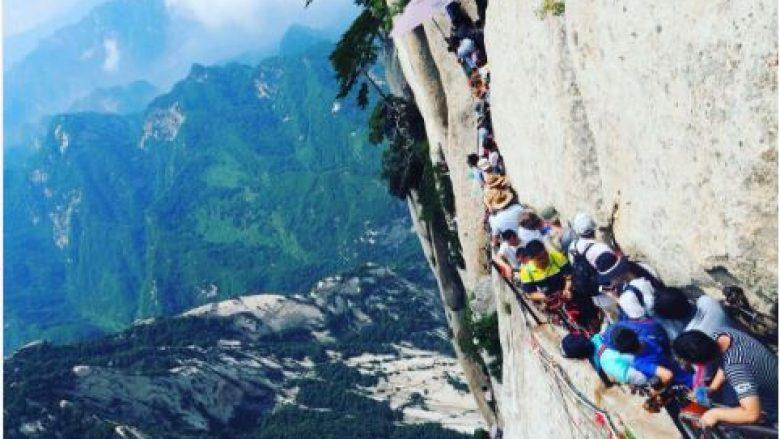 Turistët sfidojnë vdekjen duke ecur në shtegun më të rrezikshëm në botë (Foto/Video)