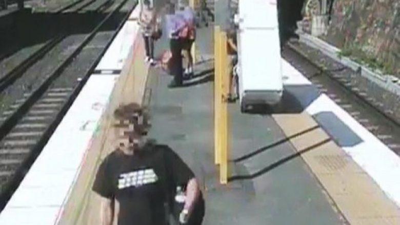 Deshi të kursente duke transportuar frigoriferin me tren, shumë probleme dhe sërish prapa (Video)