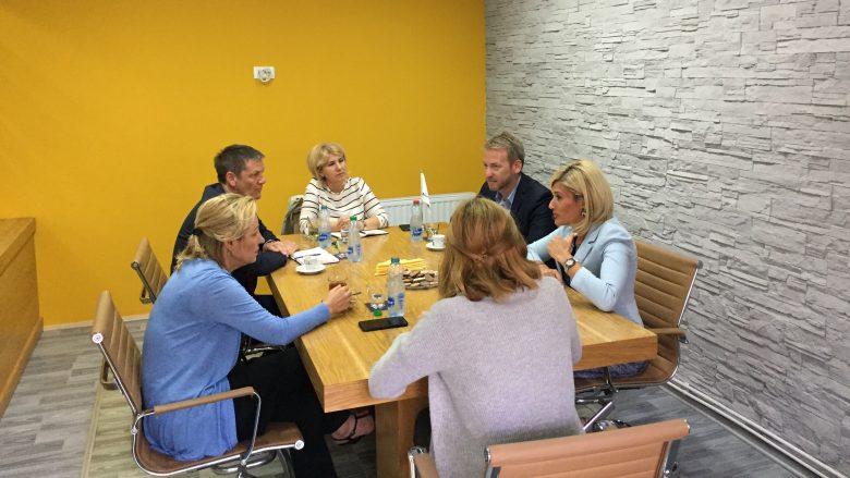 Shefja e BE-së në Kosovë zhvillon takim me Dedën e Kusarin