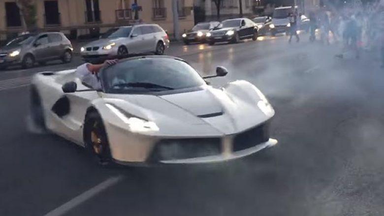 La Ferrari Aperta me rrathë të shpejta shumë pranë kalimtarëve (Video)