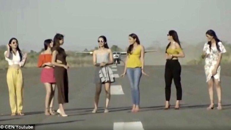 Modelet rrezikojnë jetën duke pozuar para aeroplanit që nisej nga pista (Video)