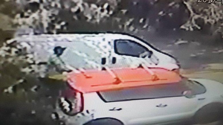 Postieri kreu nevojën në hyrjen e shtëpisë së klientit (Video)