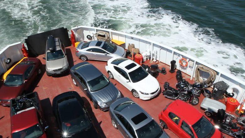 Provoi të hidhet me veturë nga porti në traget për t'i ikur policëve (Foto)