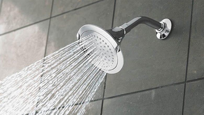 Punonjësi bëri dush në lavamanin e kuzhinës së restorantit (Foto)