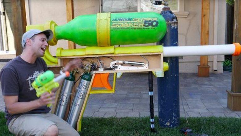 Rekordi për pistoletën gjigante, që nxjerrë vrushkuj uji me fuqi enorme (Video)