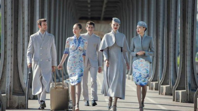 Uniformat e stjuardesave që ngjajnë më shumë me veshjet e modeleve të pasarelave (Foto)