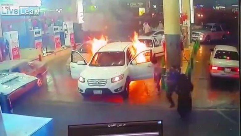 Vetura përfshihet nga zjarri në pompën e benzinës, të pranishmit veprojnë me shpejtësi (Video)