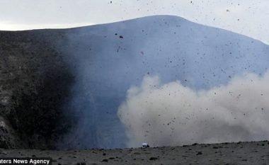 Vullkani i shpërtheu disa metra larg, derisa përpiqej ta fotografonte kraterin (Video)