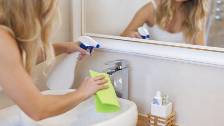 Kurrë mos e pastroni banjën më shumë se 10 minuta: Këto janë truqet të cilat vazhdimisht duhet t'i përdorni! (Video)