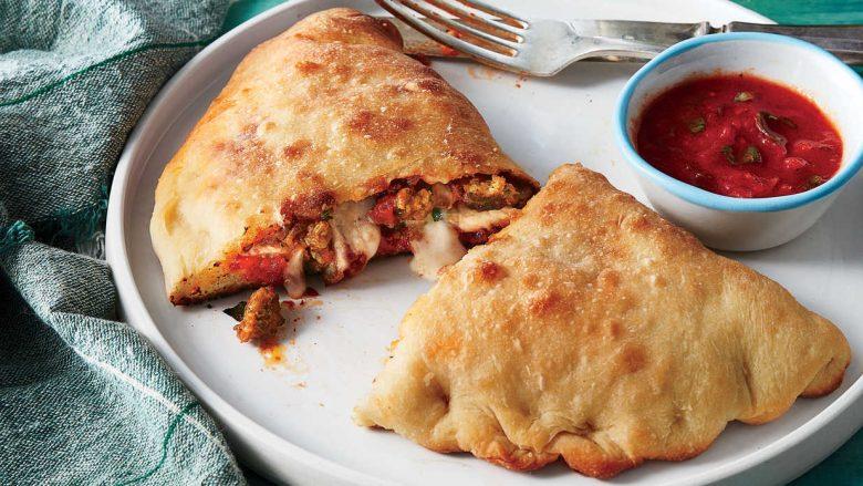 Recetë e plakave italiane: Kështu gatuhet pica Calzone klasike!