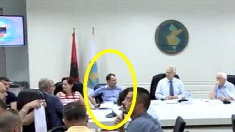 """Nënkryetari i KQZ-së """"lodhet"""" nga rinumërimi i votave, rrëzohet nga karrigia (Video)"""