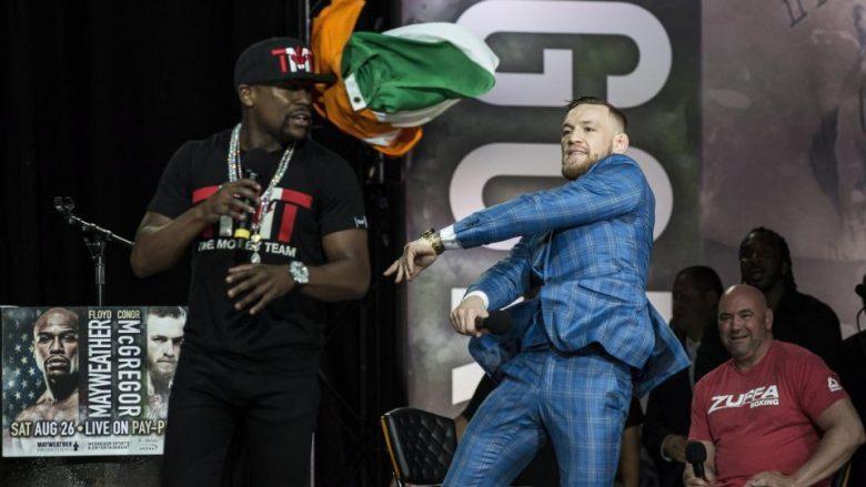 Takimi i dytë mes Mcgregor dhe Mayweather vazhdon me problemet e njëjta – Irlandezi e gjuan me flamurin e tij në fytyrë bokserin amerikan (Foto)