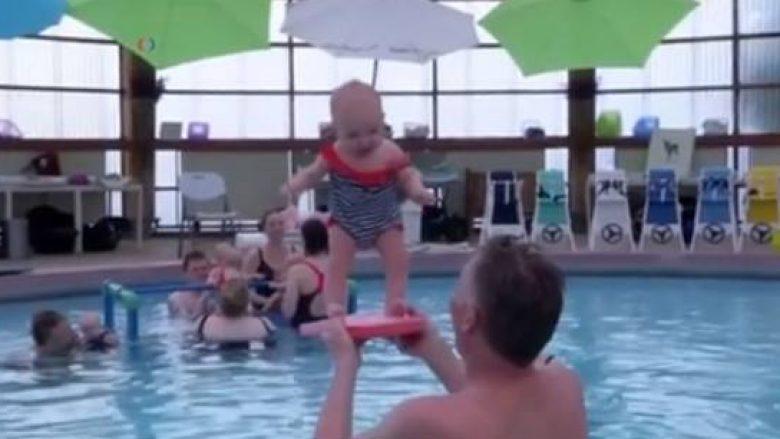 Njihuni me terapistin që ndihmon bebet të qëndrojnë në këmbë që 4 muajshe (Video)
