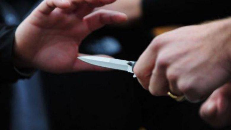 Sherr me thikë për shitjen e shalqinjve, i moshuari përplaset me dy të rinjtë! (Video)