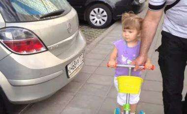 Vogëlushja është vetëm dy vjeçe dhe tashmë i di të gjitha llojet e veturave (Video)