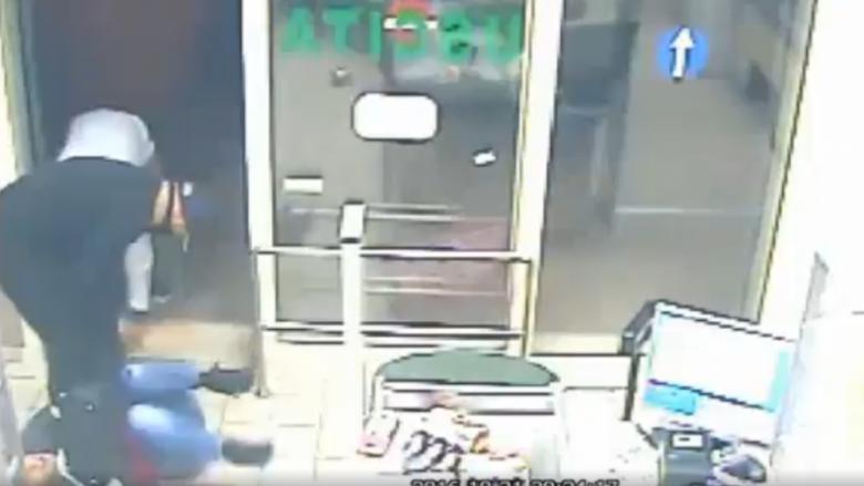 Publikohen pamjet e dhunshme të grabitjes së bandës italo-shqiptare, shkelmin në fyt klientes që nuk lëshonte çantën (Video)