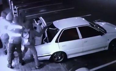 Vjedhin kasafortën nga pompa e benzinës, dëshpërohen keq kur e kuptojnë se ishte e madhe për ta futur në bagazhin e veturës (Video)