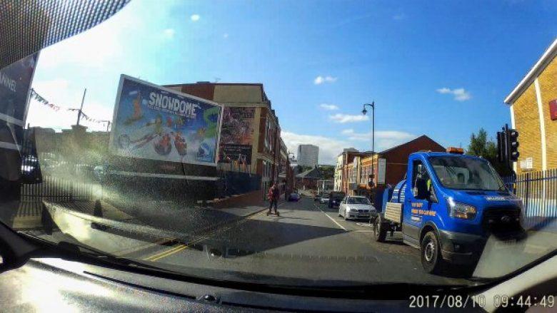 Kaloi me hoverboard derisa ishte semafori kuq, rrezikoi të përplaset me furgon (Video)