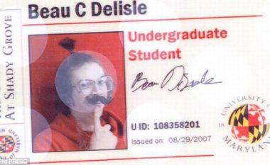Portretet qesharake të studentëve në kartelat identifikuese (Foto)