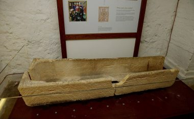 Prindërit e kanë thyer artefaktin 800-vjeçar, duke dashur ta fusin fëmijën brenda (Foto)