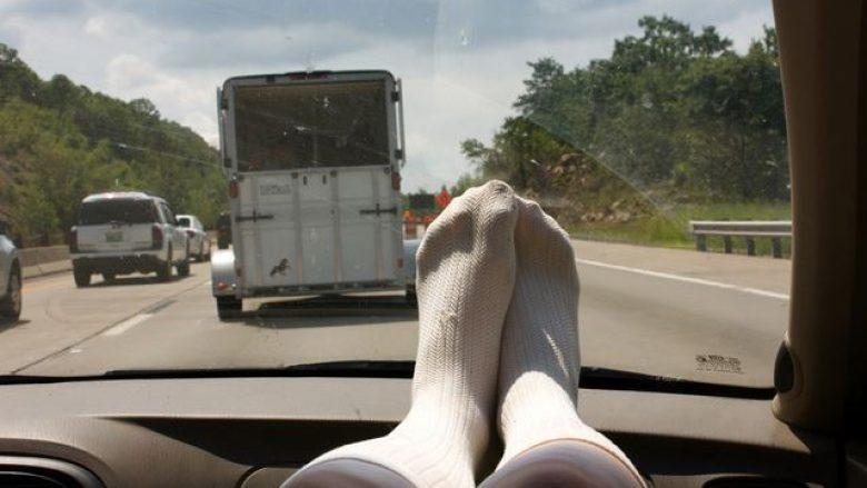 Rreziku i lartë nga vendosja e këmbëve në pjesën e përparme të veturës (Video)