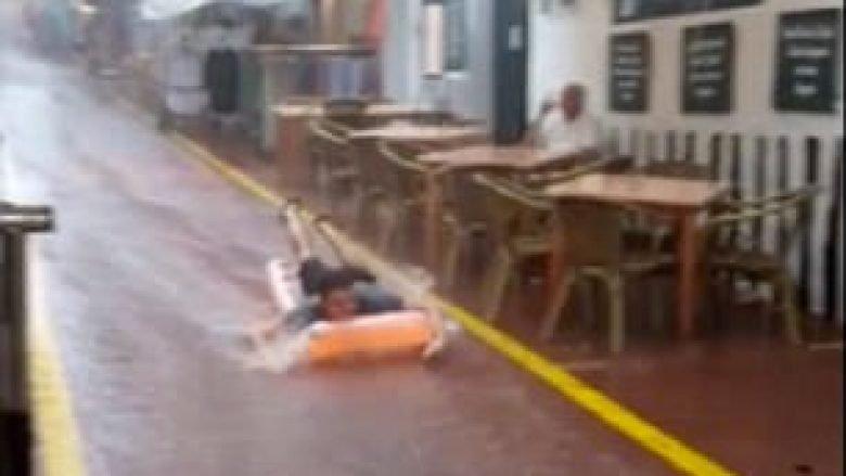 Rrugën e vërshuar e shfrytëzoi të lëshohet me dyshekun e fryrë (Video)