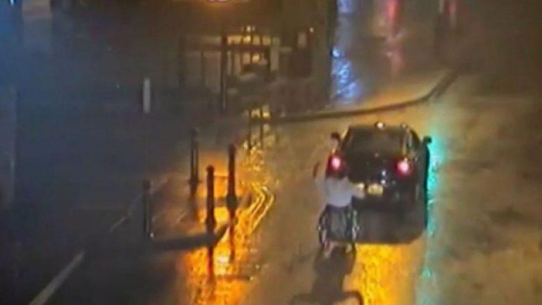 Tërhoqi me veturë mikun në karrocë, i ndalohet përkohësisht leja e vozitjes (Video)