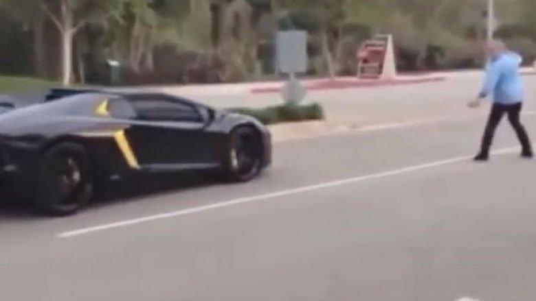 Zhurma që lëshon Lamborghini shqetëson kalimtarët, e pështyjnë dhe i zbrazin kafenë sipër (Video)