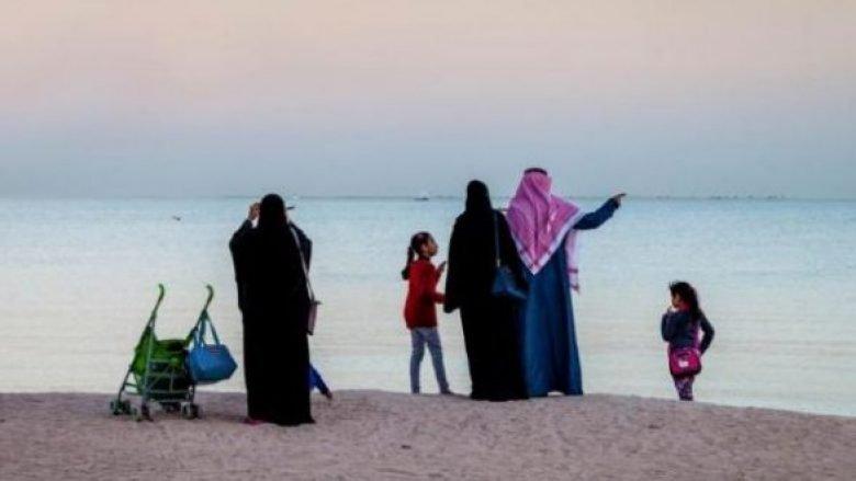 Babai lë vajzën 20 vjeçe të mbytet në det, nuk i lejoi shpëtimtarët ta nxjerrin nga uji