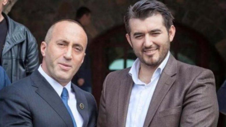 Labinot Tahiri këndon midis Pejës: Jemi ushtarët e Ramush Haradinajt (Video)