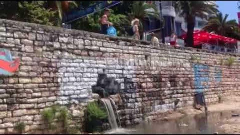 Sarandë, ujëra të zeza derdhën në plazh (Video)