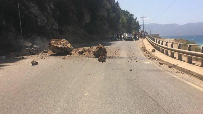 Bie një masë shkëmbi në rrugën Vlorë-Orikum (Foto)