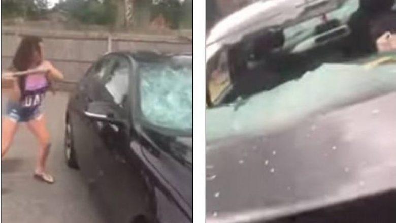 """Për shkak të tradhtisë bashkëshortore, gruaja ia thyen veturën burrit të """"strukur"""" brenda! (Video)"""