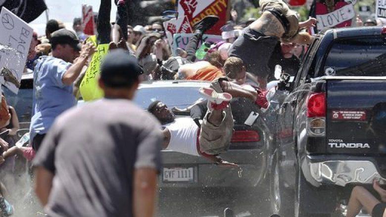 Pamjet që tronditën botën: Makina merr përpara protestuesit (Video)