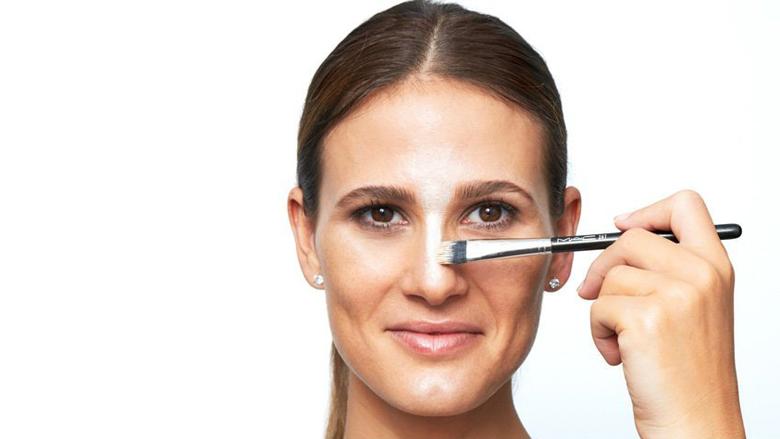 Si të korrigjoni defektet e vogla të hundës përmes grimit