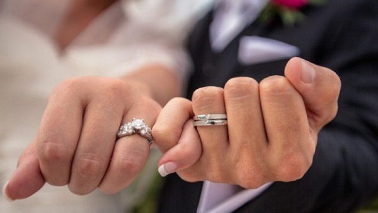A e dini përse unaza e martesës bartet në gishtin e katërt?