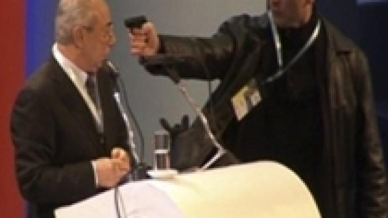 Tentim vrasje e liderit të turqve bullgarë në konferencë (video)