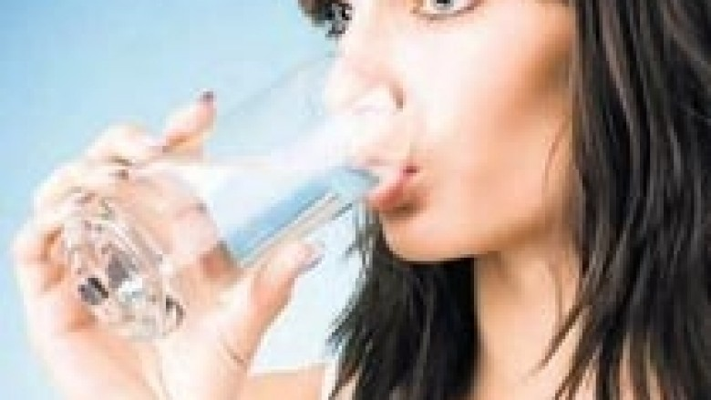 Për flokë të shëndetshëm, pini sa më shumë ujë