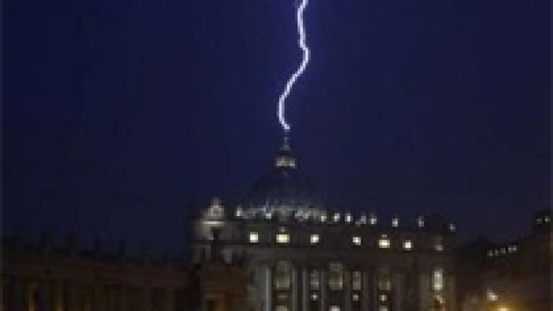 Dorëheqja e Papës, rrufeja godet bazilikën e Vatikanit (Foto dhe video)