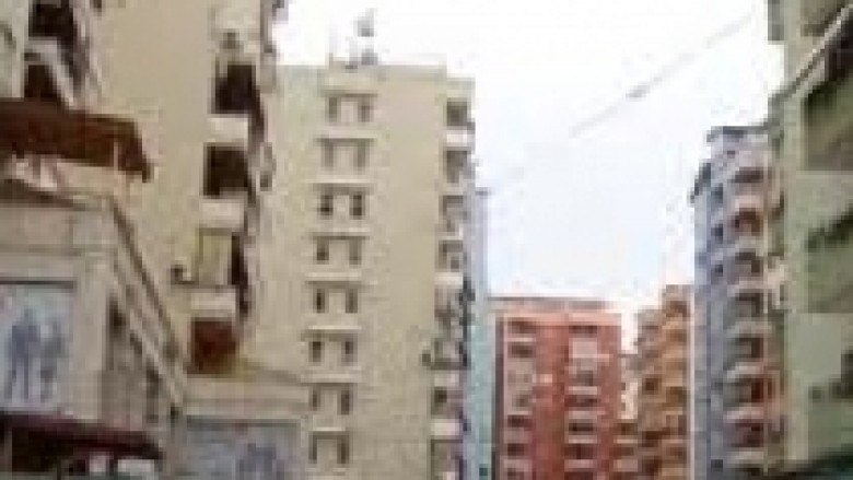 Tiranë, vdes pasi bie nga kati i pestë