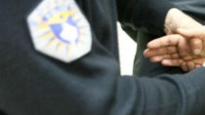 Arrestohet një person në Pejë, sulmon policin