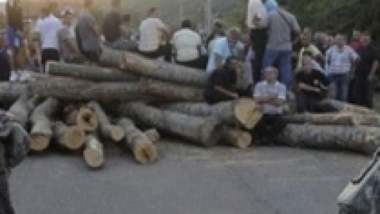 Serbët bllokojnë magjistralen Mitrovicë-Leposaviq