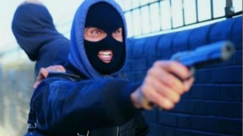Kaçanik, persona të armatosur grabisin bastoren