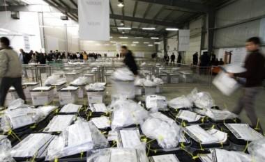 Zarfet e ardhura nga Serbia që shkaktuan alergji te zyrtarët e KQZ-së, ndërpresin procesin e verifikimit të votave