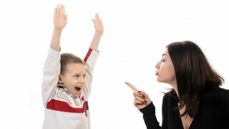 Prindërit me kujdesje të tepërt krijojnë dëme të përhershme psikologjike te fëmijët