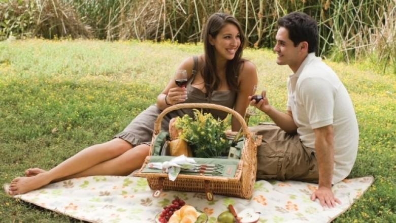 Si të gjeni pasionin me partnerin duke shfrytëzuar verën